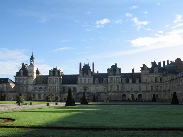1137年法王路易六世在泉边修建了一座宏伟的供打猎时休息...