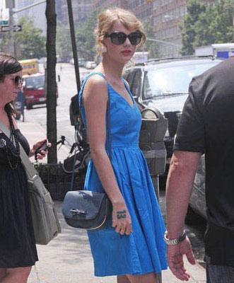 气质女人盘发-欧美街拍时尚魅力发型百搭图片