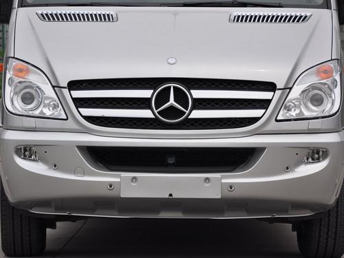 从外观上就很容易看出奔驰斯宾特在同级别车型中的主要优势,高耸的车顶为车内空间提供了良好的保证。