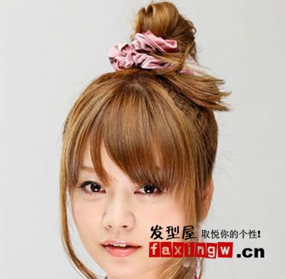 盘发器,利用简单的梨花头发尾蓬松的卷曲度就完成了简单的丸子头发髻