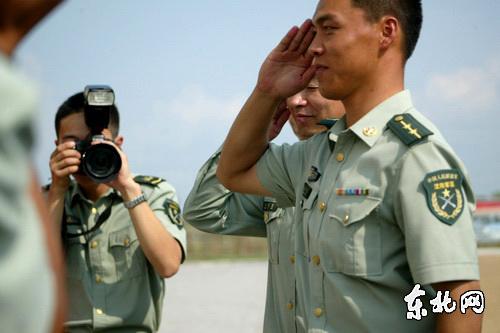 最可爱的人向艺术家敬礼表达诚挚的谢意.东北网记者李博摄