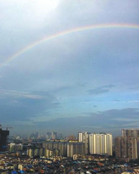天空出现那一道彩虹_14日清晨7点30分左右,雨后成都湛蓝天空上出现一道彩虹.