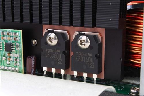 左侧的小pcb上安放着移相全桥的控制器ucc28950,右侧小pcb上是