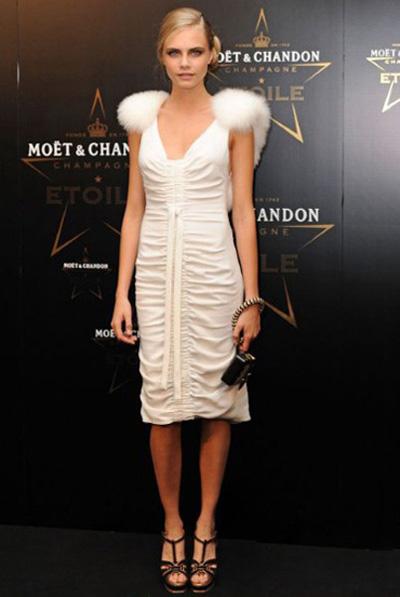 Burberry品牌钟爱的超模Cara Delevingne,肩部的羽毛装饰,为白色连身裙增添了柔美和灵动感觉。