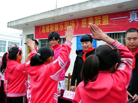 走进四川省剑阁县鹤龄镇青木真维斯希望小学,给孩子们上了一堂生动的