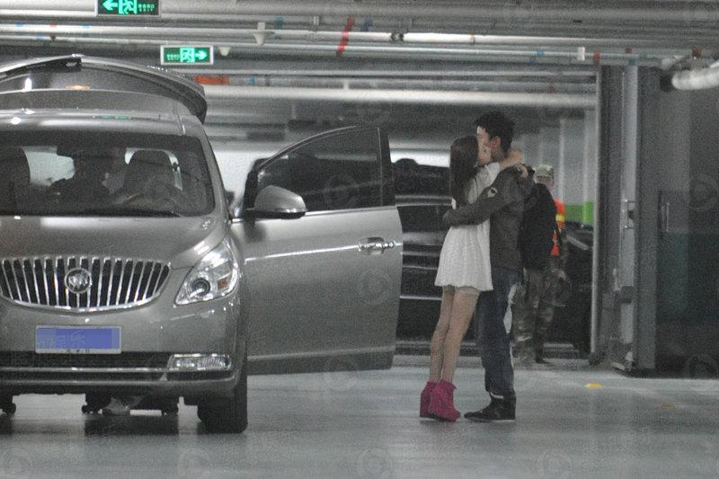 独家:李小璐贾乃亮恩爱出行 车库幽会激情拥抱