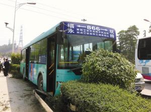 路原水田收费站处的866路公交车,为躲避前方变线小轿车,冲进高清图片
