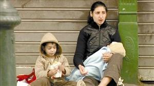 希腊部分民众在经济危机下生活拮据,被迫走上街头乞讨。