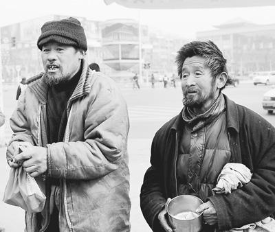 两名乞丐在街头乞讨.-如何破解流浪乞讨管理难题 热点追踪图片