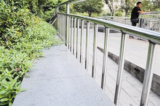 """该处一位工作人员称,网友和旅客所指的""""石凳""""其实是绿化树木的树坛"""