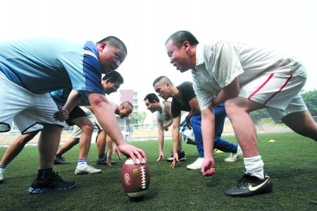 英语 重庆/昨日,重庆医科大学,队员们正在练习美式橄榄球。本组图片由...