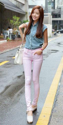 牛仔短袖衬衫+浅色紧身裤-百搭小脚裤 打造修长性感美腿