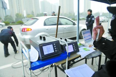 杭州市环保局监察人员在检测汽车尾气排放
