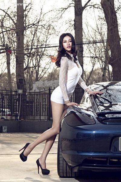 长腿模特儿与豪华车缠绵
