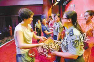 重庆日报报业集团党委委员、副总裁陈余莉为获奖个人及单位颁奖