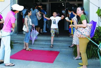 昨日,许多孩子和家长冒着酷热来到上海音乐学院附中参加钢