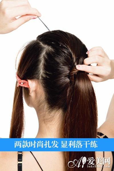 step 4:用中间这小束头发将后面的长直发围绕成高马尾.
