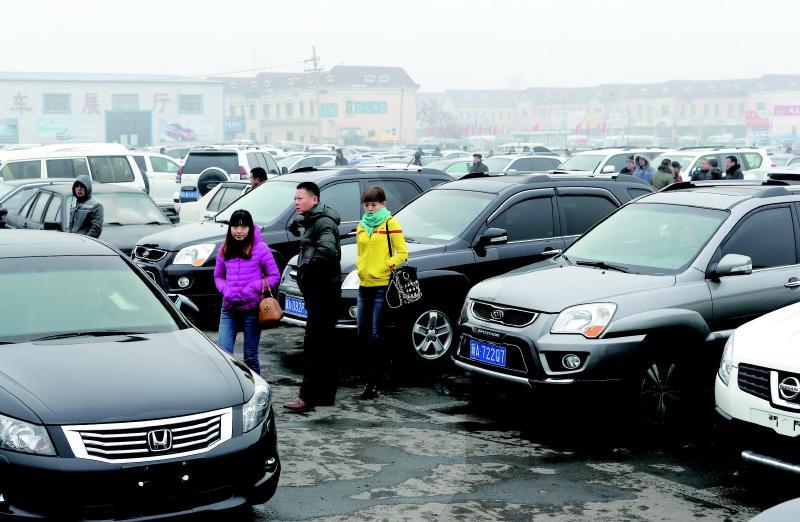 汽车 正文    12月15日,乌市米东区通汇二手车交易市场内,几位顾客图片