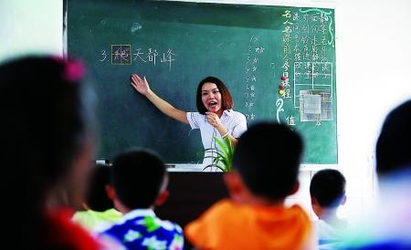 昨日,江北区玉带山小学,莫存平老师在给学生讲课.