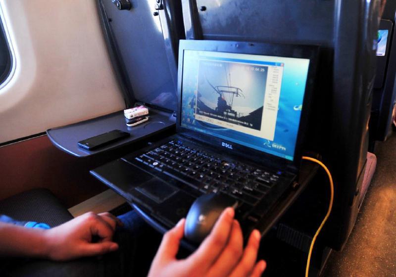 本报记者何玲刘翔   新疆首条高速铁路于6月3日首次进入联调联试阶段,6月10日进入重联试验阶段11月16日,兰新高铁新疆段将正式通车运营,这也标志着新疆开始进入高铁时代。   经过5个半月的联调联试、重联试验,主机型CRH5型动车组将正式担负起光荣的客运使命。在此过程中,记者亲眼见证了新疆首条高速铁路从联调联试到正式运行的全过程,并多次体验,深刻地感受到高铁所带给我们的前所未有的更快、更舒适、服务更周到的幸福感。体验动车:感受幸福之旅速度更快   动车,仅从字面理解,首先就会想到快,确实,