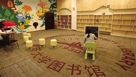 卡通涂鸦,儿童桌椅,树形书柜……这些元素居然集中在大学的图书馆里