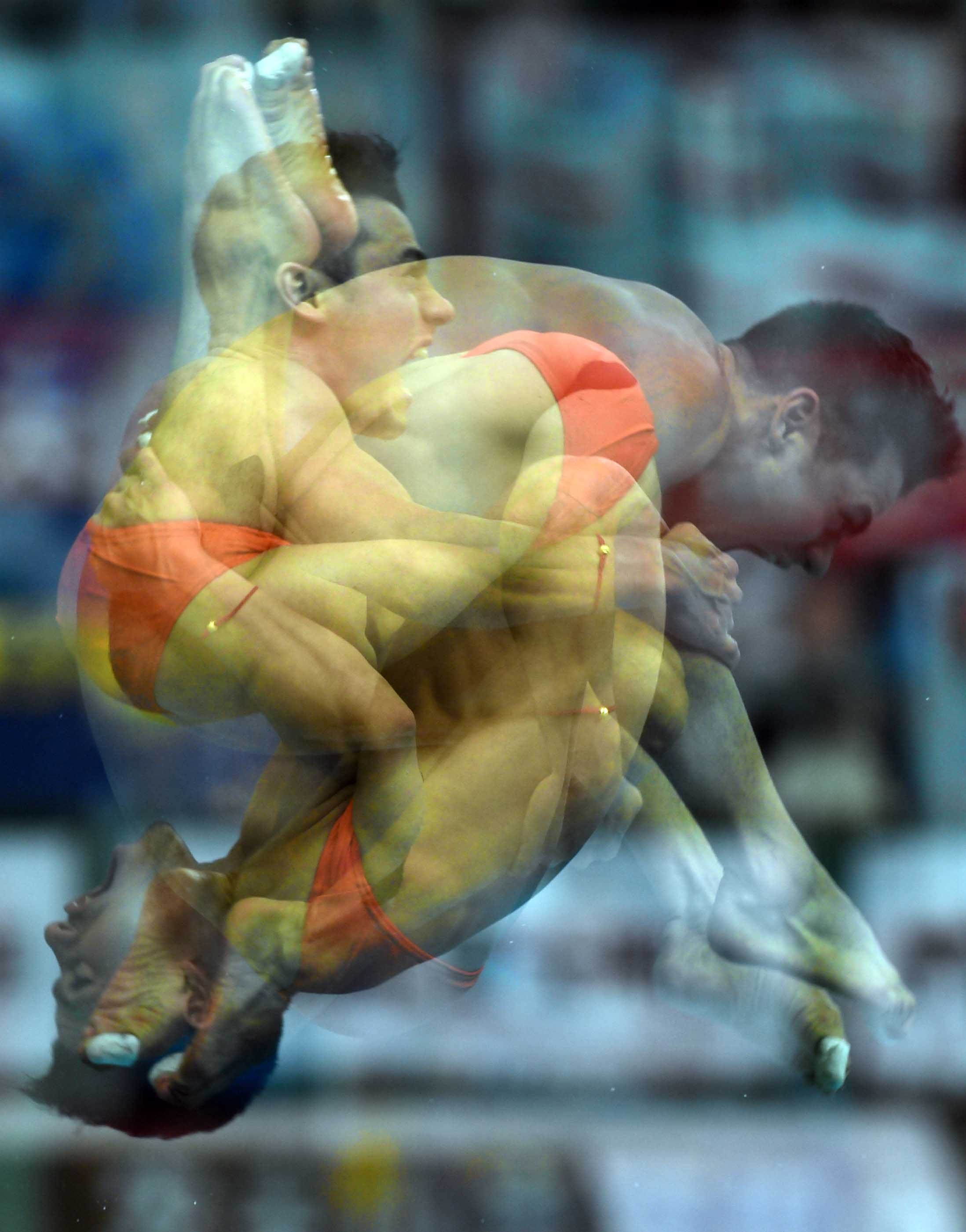 新华社照片,北京,2015年3月14日   (锐视角)(1)跳水国际泳联世界跳水系列赛: 三头六臂   3月14日,墨西哥选手卡斯蒂洛在男子3米板决赛中(多重曝光)。   当日,在2015年国际泳联(FINA)世界跳水系列赛北京站继续进行。   新华社记者公磊摄