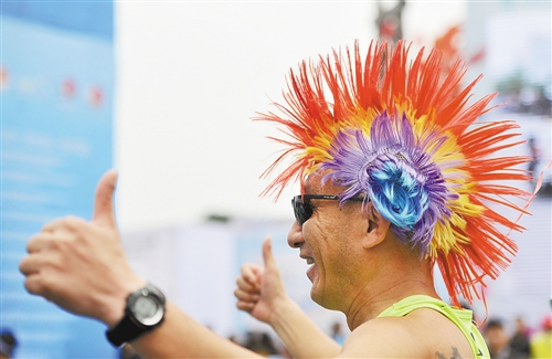 特约摄影 马多   昨日,在   重庆   国际马拉松赛现场观看高清图片