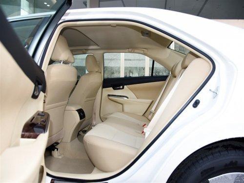内饰方面:新款丰田凯美瑞仪表板采用混合动力版专属的碳纤维网格图案