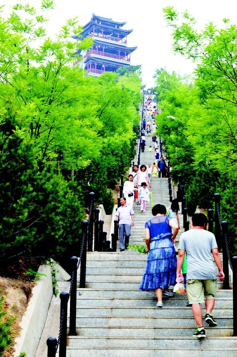 6月21日上午,西山长风城郊公园利用假期前来游玩的市民络绎不绝.