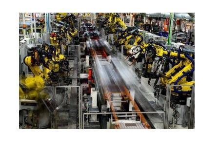 工厂的机器人可根据内在程序执行各种任务,抓取汽车零部件,操作安装