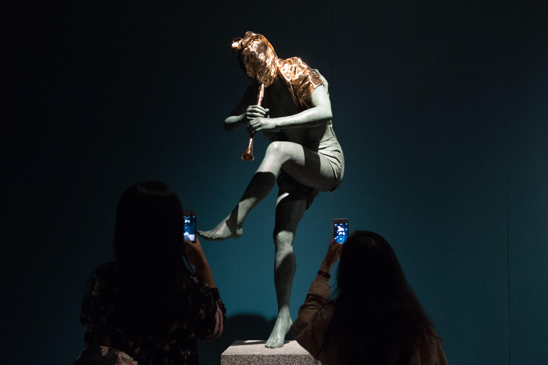 她的20余件大型雕塑作品将于2015年10月13日至25日在
