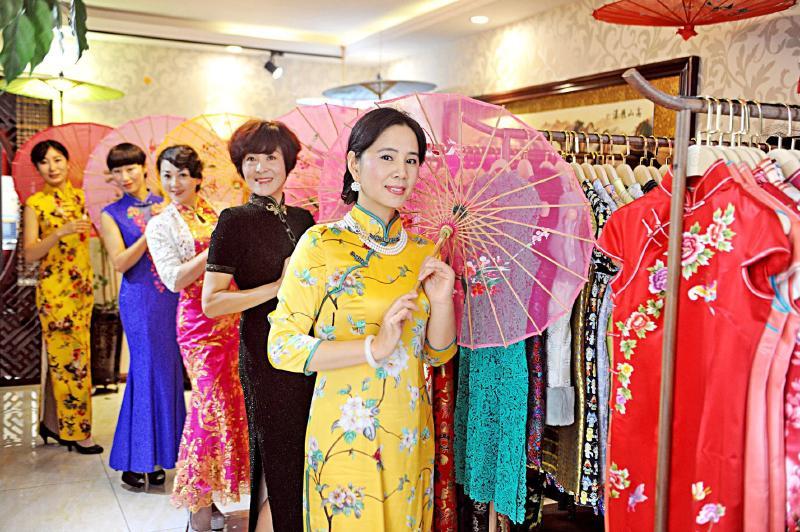 旗袍扮靓新疆女性