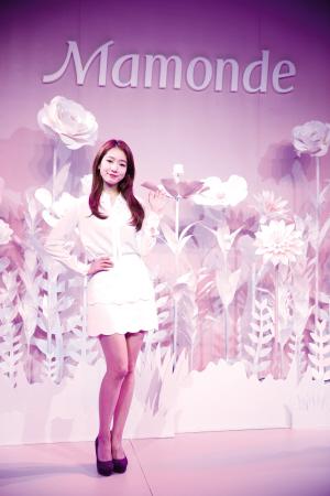 朴信惠亮相梦妆木槿水源保湿系列发布会舞台