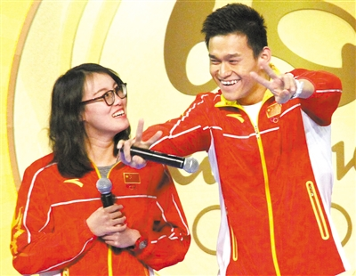 孙杨(右)模仿傅园慧的表情和手势
