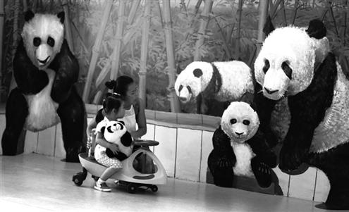 """游客们被熊猫馆墙上可爱的""""熊猫"""