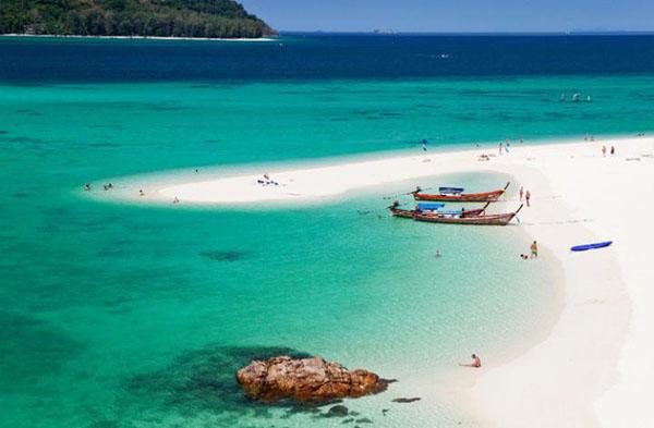丽贝岛(Koh Lipe)又叫里朴岛,是泰国最南端的小岛之一,整个岛屿隶属于达鲁岛国家海洋公园,也是所在行政省内唯一允许私人开发的小岛。在日出海滩,游人可以充分享受隐秘与空旷,这里没有汽车和人流的纷扰,也没有其他海滩常见的热烈欢腾的派对氛围,海水呈透明的祖母绿色泽,美得令人惊艳。