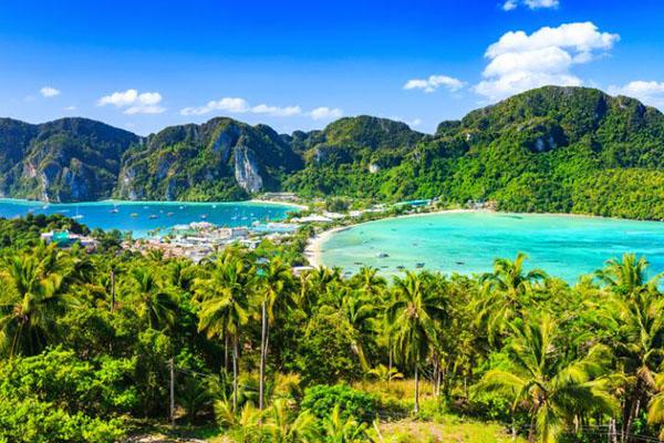 莱昂纳多・迪卡普里奥的荒野冒险电影《海滩》把小披披岛描绘成了一个完美的热带天堂,而这里的现实风景确实也与电影镜头有异曲同工之妙。柔软洁白的沙滩,宁静碧蓝的海水,鬼斧神工的天然洞穴,被阳光、和风抚摸过的灌木林,都让人流连忘返。特别值得一提的是,距离海滩不远处的石灰岩洞穴内垂吊着很多美丽的钟乳石,洞壁上还刻有史前人类留下来的绘画痕迹……如果哪一天不想做日光浴了,完全可以来这里转转。