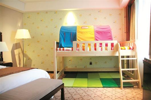 小朋友睡的高低床由天然原木制作,床的上方加固防护栏,下方铺设地垫及
